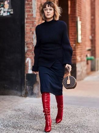 Comment porter: pull à col roulé en tricot noir, jupe crayon noire, cuissardes en cuir rouges, pochette en cuir imprimée marron foncé