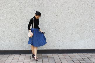 Comment porter: pull à col roulé noir, jupe évasée en denim bleue, sandales à talons en cuir noires, sac bandoulière en cuir beige