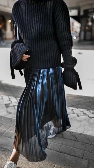 Pense à opter pour un pull à col roulé en tricot noir et une pochette en cuir noire pour achever un style chic et glamour. Décoince cette tenue avec une paire de des baskets basses en cuir blanches.