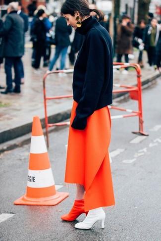 Comment porter: pull à col roulé en laine noir, jupe mi-longue orange, bottines en cuir orange, boucles d'oreilles dorées