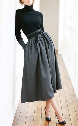 Comment porter une jupe mi-longue plissée gris foncé: Essaie de marier un pull à col roulé noir avec une jupe mi-longue plissée gris foncé pour un déjeuner le dimanche entre amies. Une paire de escarpins en cuir noirs est une option judicieux pour complèter cette tenue.