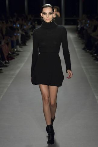Comment porter: pull à col roulé noir, minijupe en laine noire, bottines en velours noires