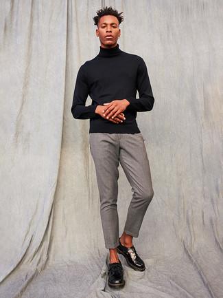 Comment porter un pantalon chino gris: Essaie d'associer un pull à col roulé noir avec un pantalon chino gris pour une tenue confortable aussi composée avec goût. D'une humeur créatrice? Assortis ta tenue avec une paire de chaussures derby en cuir épaisses noires.