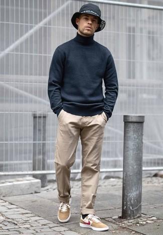 Comment porter: pull à col roulé noir, pantalon chino marron clair, baskets basses en daim marron clair, chapeau en denim noir