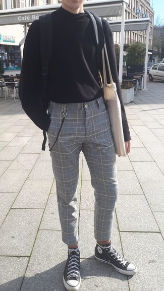 Comment porter: pull à col roulé noir, pantalon de costume écossais gris, baskets montantes en toile noires et blanches, sac à dos en toile noir