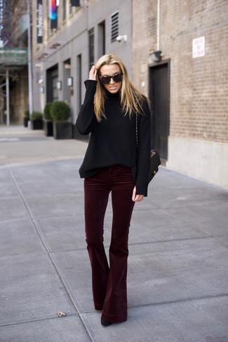 Comment porter: pull à col roulé en laine noir, pantalon flare en velours bordeaux, bottines en daim noires, cartable en cuir matelassé noir