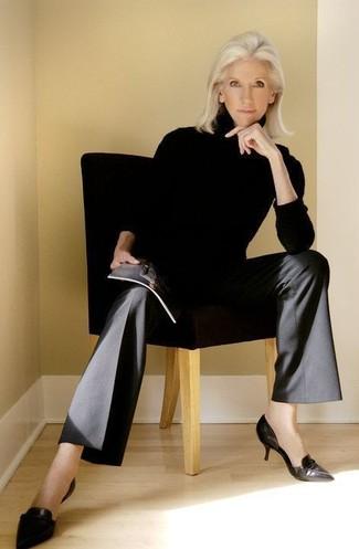 Comment porter: pull à col roulé noir, pantalon large noir, escarpins en cuir noirs