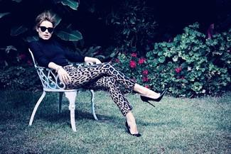 Pull a col roule noir pantalon slim imprime leopard brun clair escarpins en cuir large 1102