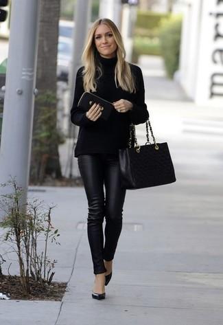 Comment porter: pull à col roulé en tricot noir, pantalon slim en cuir noir, escarpins en cuir noirs, sac fourre-tout en cuir matelassé noir