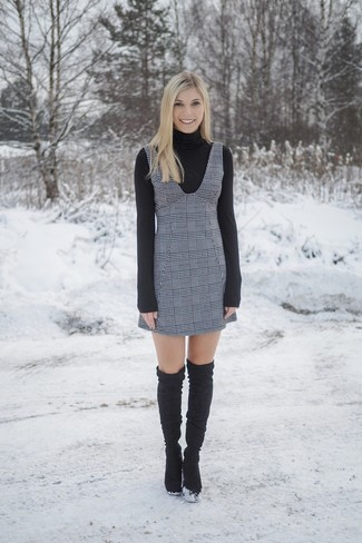 Comment porter: pull à col roulé noir, robe chasuble écossaise grise, cuissardes en daim noires