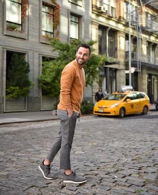 Comment porter: pull à col roulé orange, pantalon de costume en laine à rayures verticales gris, bottines chukka en daim grises