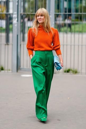 Comment porter: pull à col roulé orange, pantalon large vert, escarpins en daim verts, pochette en cuir bleu clair