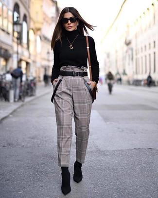 Comment porter: pull à col roulé noir, pantalon carotte à carreaux marron, bottines élastiques noires, ceinture en cuir noire