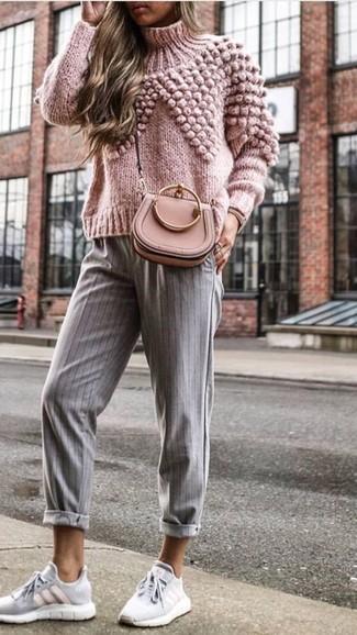 Comment porter: pull à col roulé en tricot rose, pantalon carotte à rayures verticales gris, chaussures de sport grises, sac bandoulière en cuir rose