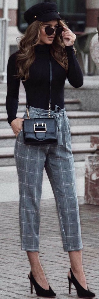Comment porter: pull à col roulé noir, pantalon carotte à carreaux gris, escarpins en daim noirs, sac bandoulière en cuir noir
