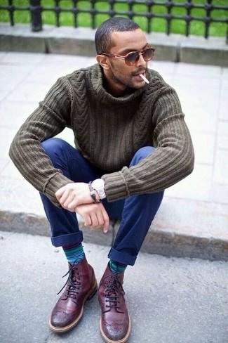 Comment porter: pull à col roulé en tricot olive, pantalon chino bleu marine, bottes brogue en cuir bordeaux, lunettes de soleil imprimées léopard marron