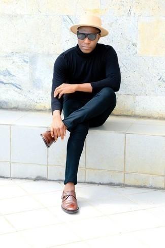 Comment porter un chapeau en laine beige: Pense à porter un pull à col roulé bleu marine et un chapeau en laine beige pour un look confortable et décontracté. Jouez la carte classique pour les chaussures et assortis cette tenue avec une paire de des monks en cuir marron.