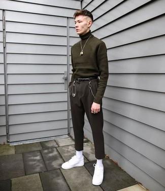 Comment porter: pull à col roulé olive, pantalon de costume noir, baskets basses en cuir blanches, ceinture en cuir noire