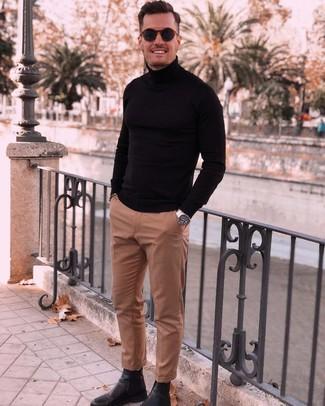 Comment porter: pull à col roulé noir, pantalon de costume marron clair, bottines chelsea en cuir noires, lunettes de soleil bleu marine