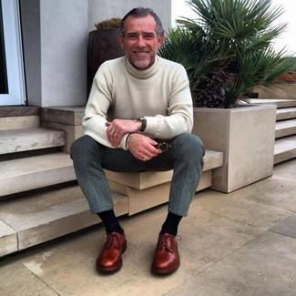 Comment porter: pull à col roulé beige, pantalon de costume en laine gris, chaussures derby en cuir bordeaux, montre noire
