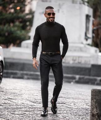 Comment porter: pull à col roulé gris foncé, pantalon de costume gris foncé, chaussures derby en cuir noires, ceinture en cuir noire