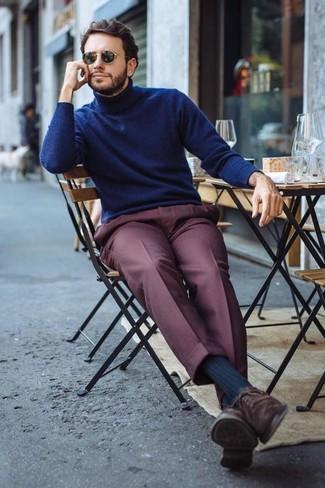Comment porter: pull à col roulé bleu marine, pantalon de costume bordeaux, chaussures richelieu en daim marron foncé, lunettes de soleil noires