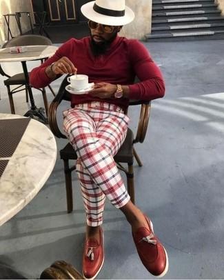 Comment porter: pull à col roulé rouge, pantalon de costume écossais blanc et rouge, mocassins à pampilles en cuir rouges, chapeau de paille beige