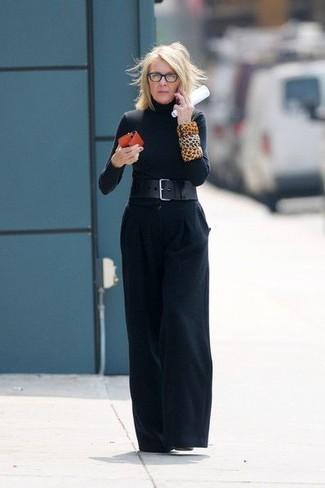 Comment porter: pull à col roulé noir, pantalon large noir, bottines en cuir noires, ceinture serre-taille en cuir noire