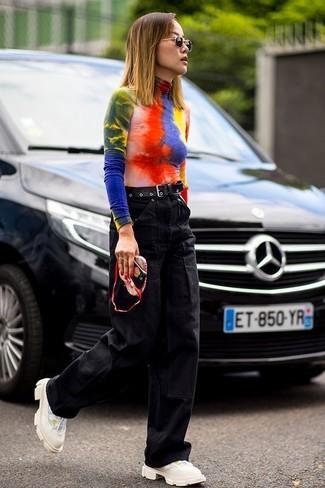 Comment porter: pull à col roulé imprimé tie-dye multicolore, pantalon large en denim noir, chaussures de sport beiges, ceinture en cuir noire