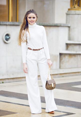 Comment porter: pull à col roulé blanc, pantalon large blanc, escarpins en cuir tabac, cartable en cuir marron