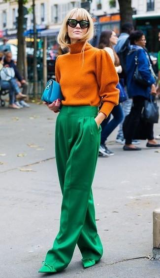 Comment porter un pull à col roulé orange: Pense à marier un pull à col roulé orange avec un pantalon large vert pour un ensemble de bureau stylé. Une paire de des escarpins en satin verts s'intégrera de manière fluide à une grande variété de tenues.