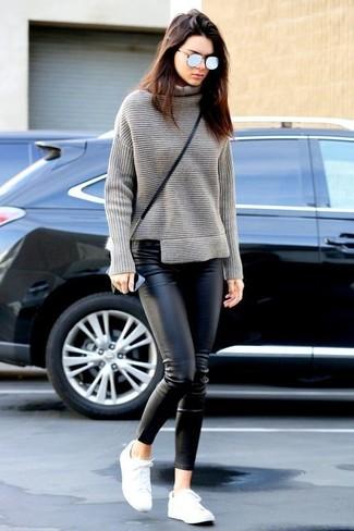 Tenue de Kendall Jenner: Pull à col roulé en tricot gris, Pantalon slim en cuir noir, Baskets basses blanches, Sac bandoulière en cuir noir