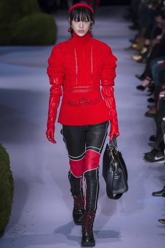 Comment porter: pull à col roulé en laine en tricot rouge, pantalon slim en cuir noir, bottines plates à lacets en cuir noires, sac fourre-tout en cuir noir