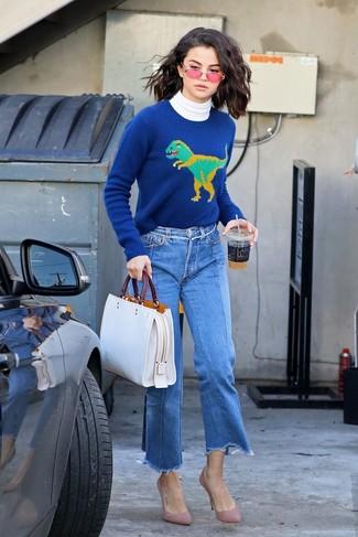 Comment porter: pull à col roulé blanc, pull à col rond imprimé bleu, jupe-culotte en denim bleue, escarpins en daim roses