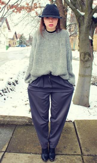 Comment porter: pull à col roulé noir, pull surdimensionné en tricot gris, pantalon large bleu marine, bottines à lacets en cuir noires