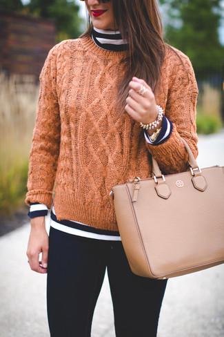 Comment porter: pull à col roulé à rayures horizontales bleu marine et blanc, pull torsadé marron clair, jean skinny noir, sac fourre-tout en cuir marron clair