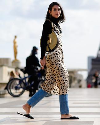 Comment porter: pull à col roulé noir, robe débardeur imprimée léopard marron clair, jean bleu, slippers en daim brodés noirs