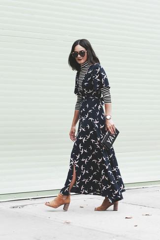 Comment porter: pull à col roulé à rayures horizontales noir et blanc, robe drapée imprimée noire, bottines chelsea en daim marron clair, pochette imprimée noire