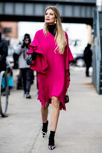 Comment porter: pull à col roulé noir, robe droite à volants fuchsia, escarpins en daim á pois blancs et noirs, sac à main en cuir noir