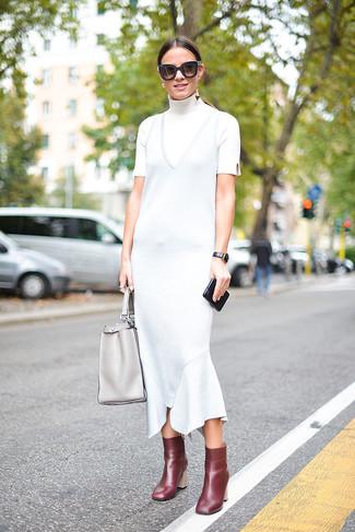 Comment porter: pull à col roulé blanc, robe midi bleu clair, bottines en cuir bordeaux, sac fourre-tout en cuir gris