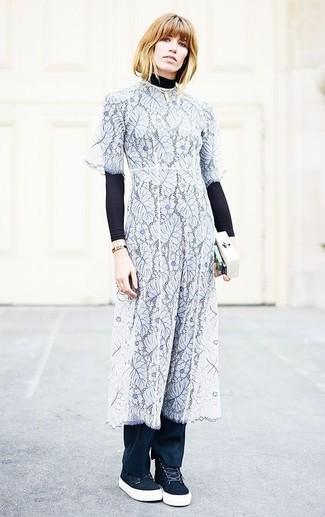 Comment porter: pull à col roulé noir, robe midi en dentelle bleu clair, pantalon de costume noir, baskets montantes en daim noires