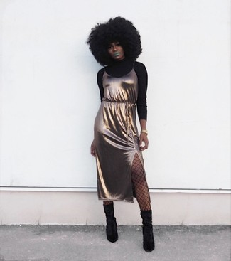 Comment porter: pull à col roulé noir, robe nuisette en soie dorée, bottes mi-mollet en daim noires, montre dorée