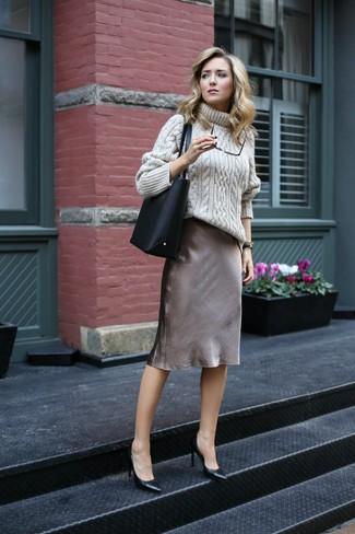 Comment porter: pull à col roulé en tricot beige, robe nuisette en soie grise, escarpins en cuir noirs, sac fourre-tout en cuir noir