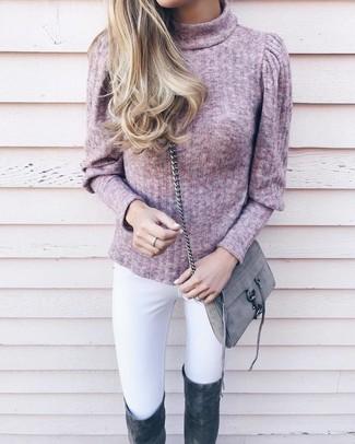 Comment porter: pull à col roulé rose, jean skinny blanc, cuissardes en daim gris foncé, sac bandoulière en daim gris