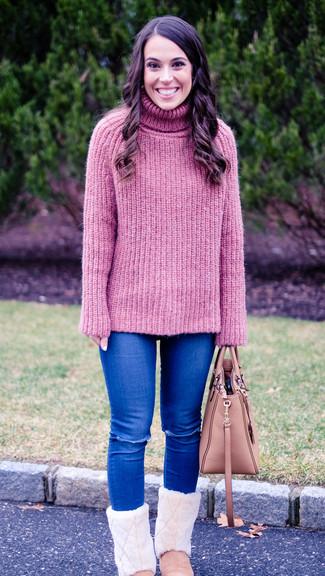 Comment porter un sac fourre-tout en cuir rose: Pense à associer un pull à col roulé en tricot rose avec un sac fourre-tout en cuir rose pour créer un look génial et idéal le week-end. Si tu veux éviter un look trop formel, opte pour une paire de des bottes ugg roses.