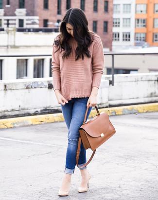 Comment porter: pull à col roulé en tricot rose, jean skinny déchiré bleu, escarpins en cuir beiges, cartable en cuir marron