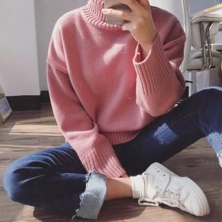 Comment porter: pull à col roulé en tricot rose, jean skinny bleu marine, baskets basses en toile blanches, chaussettes blanches