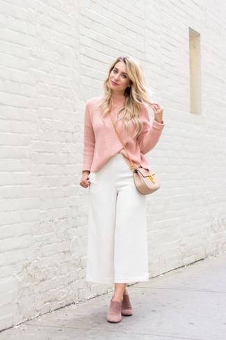 Comment porter une jupe-culotte blanche: Marie un pull à col roulé rose avec une jupe-culotte blanche pour un look de tous les jours facile à porter. Complète cet ensemble avec une paire de des mules en daim roses pour afficher ton expertise vestimentaire.