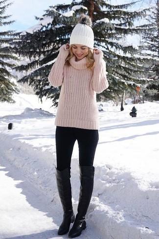 Comment porter: pull à col roulé en tricot rose, leggings noirs, cuissardes en cuir noires, bonnet blanc