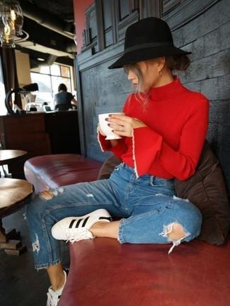 Comment porter un pull à col roulé rouge: Associe un pull à col roulé rouge avec un jean déchiré bleu pour obtenir un look relax mais stylé. Jouez la carte décontractée pour les chaussures et termine ce look avec une paire de des baskets basses en cuir blanches et noires.